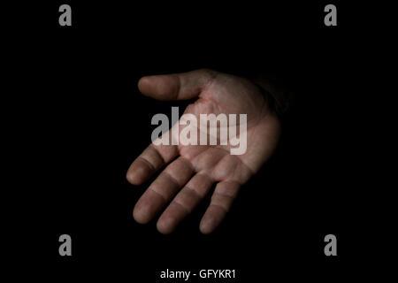 Hand-Mann in der Haltung isolierten auf schwarzen Hintergrund Fragen - Stockfoto