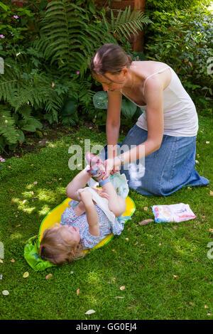 77d388af169730 ... Mutter Mutter Eltern Betreuer Windelwechseln Windeln Baby Kleinkind  ändern. Unter freiem Himmel Garten   außen