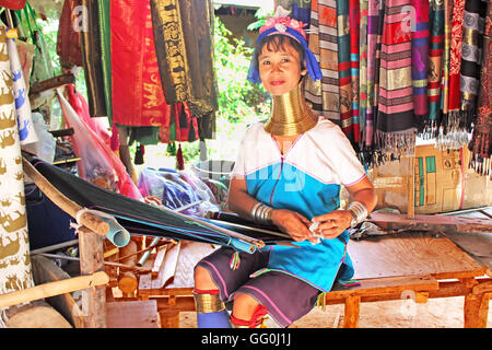 MAE HONG SON, THAILAND - 17. Juni 2014: Unidentified Padaung (Karen) Stamm Frau Weben auf traditionelle Gerät in - Stockfoto