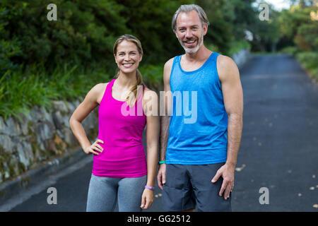 Sportliche paar stehen auf der Straße nach dem Joggen - Stockfoto