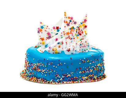 Blaue Geburtstagstorte mit bunten Streuseln, auf weißem Hintergrund - Stockfoto