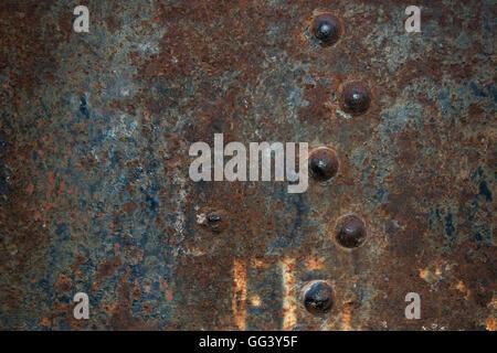 durchbrochene Metallplatte vernietet, die das gesamte Bild belegt - Stockfoto