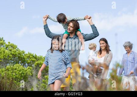 Mehr-Generationen-Familie Wandern in Wiese - Stockfoto