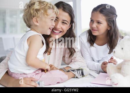 Mutter mit Kindern zu Hause spielen - Stockfoto