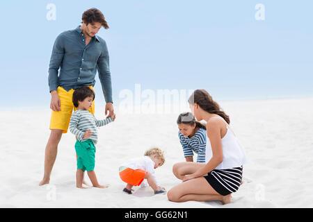Familien genießen am Strand - Stockfoto
