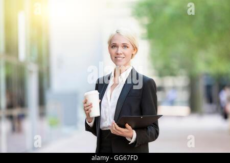 Geschäftsfrau mit einer Kaffeepause - Stockfoto
