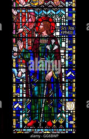 London, England, Vereinigtes Königreich. St Etheldreda Chuch in Ely Place, alte Kapelle von Bischof von Ely. Glasmalerei - Stockfoto