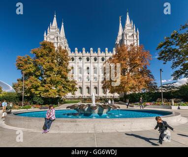 Kinder spielen am Brunnen in der Nähe von Salt-Lake-Tempel Temple Square in Downtown Salt Lake City, Utah, USA - Stockfoto