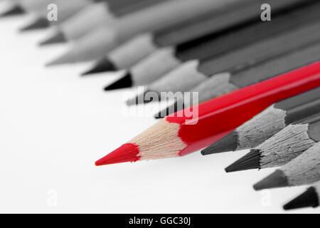 Ein roter Buntstift von anderen abheben - Stockfoto