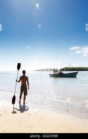 Geographie/Reisen, Brasilien, Bahia, Santo Andre, ein Mann mit einem Kajak Paddel in der Nähe von Porto Seguro, - Stockfoto