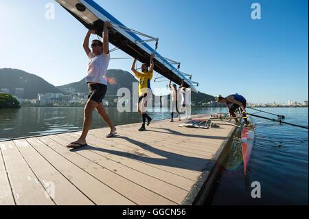 RIO DE JANEIRO - 22. März 2016: Nach dem Training, brasilianischer Ruderer tragen ihr Boot auf einem Dock am Lagoa - Stockfoto