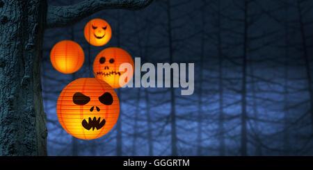 Halloween Papierlaternen hängen an einem Zweig in einem gruseligen und nebligen Wald nachts. - Stockfoto