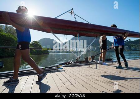 RIO DE JANEIRO - 22. März 2016: Nach dem Training trägt einen weiblichen brasilianischen Ruderer ihr Boot zurück - Stockfoto