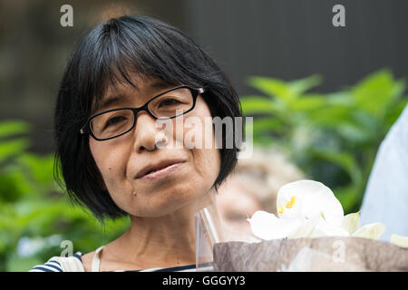 Miyako Taguchi deren Eltern der atomare Explosion in Nagasaki überlebt spricht auf der Kundgebung. Eine Koalition - Stockfoto