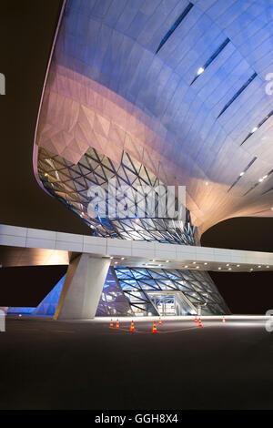 Helix-BMW-Welt mit bunten Lichtern, BMW Welt, München, Bayern, Deutschland - Stockfoto