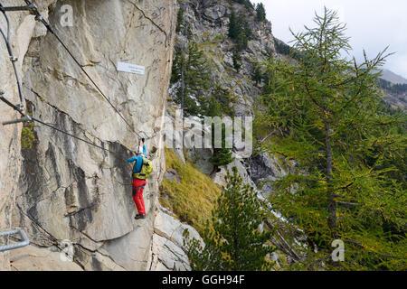 Klettersteig Graubünden : Frau klettern den klettersteig la resgia engadin graubünden