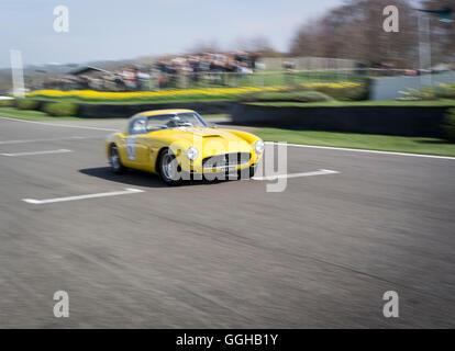 Ferrari 250 GT SWB/C, Fahrer Jackie Oliver, 72. Mitgliederversammlung, Rennen, Autorennen, Oldtimer, Chichester, - Stockfoto