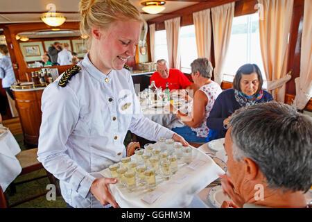 Service im Restaurant des historischen Kanalboot Juno, Göta Kanal, Schweden - Stockfoto