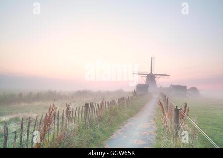 Holländische Windmühle im Morgennebel, Niederlande - Stockfoto