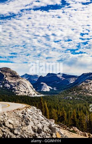 Die Aussicht vom Olmstead Punkt Blick nach Osten in Richtung Tenaya Lake im Yosemite National Park entlang Highway - Stockfoto