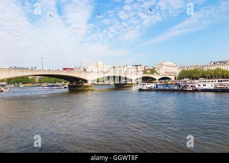 Waterloo Bridge über die Themse, London, UK, Shell-Mex Haus im Hintergrund an einem sonnigen Tag mit blauem Himmel - Stockfoto