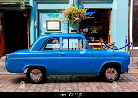 Oldtimer Ford Popular motor abgestellt in Glasgow, Scotland, UK - Stockfoto