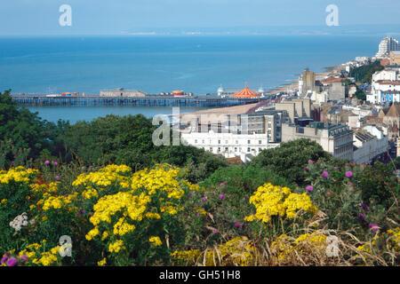 Blick über Hastings, der neue Pier, Eastbourne und Beachy Head in weiter Ferne, East Sussex England UK GB - Stockfoto