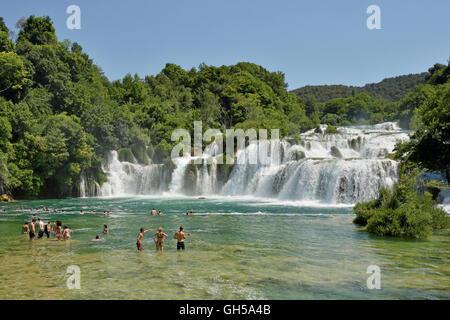 Geographie/Reisen, Kroatien, Touristen in der Badewanne vor dem Wasserfall Skradinski flach, Krka Nationalpark, - Stockfoto