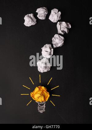 Fragezeichen zerknittertes Papier auf einer Kreidetafel - Stockfoto