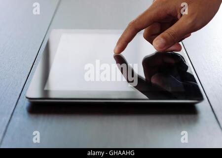 """""""schließen Sie"""" Hand berühren auf digital-Tablette - Stockfoto"""