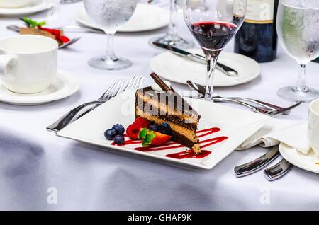Ein Dessert-Torte auf einen elegant gedeckten Tisch - Stockfoto