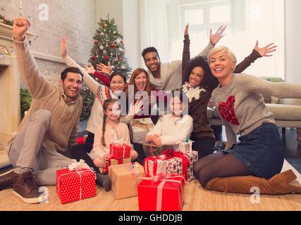 Porträt begeisterte Familie und Freunde mit Weihnachtsgeschenke im Wohnzimmer - Stockfoto