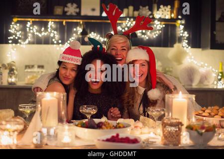 Porträt begeisterte Freunde genießen Weihnachtsessen - Stockfoto