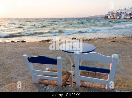 Leere blaue Stuhl und Tisch am Strand des kleinen Venedig-Bereich auf der Insel Mykonos in Griechenland - Stockfoto