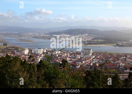 Luftaufnahme von Viana do Castelo, Fluss Lima und Ponte Eiffel Brücke von Monte de Santa Luzia, Provinz Minho, Nordportugal - Stockfoto