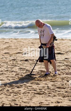 Bournemouth, Dorset, UK. 28. September 2016. Mann mit Metalldetektor in Bournemouth Beach im September mit humorvollen - Stockfoto