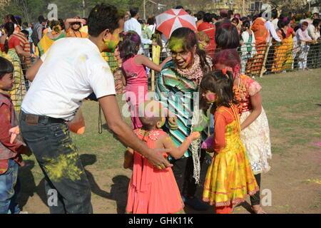 Kinder erfreuen sich Holi in Shantiniketan, der Aufenthaltsort von Rabindranath Tagore. Das Farbe-Festival von Indien. - Stockfoto