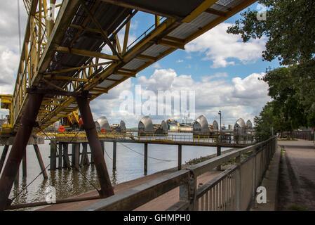 Asphalt-Förderband am Fluss Themse London liefern Kies, Asphalt-Fabrik am Flussufer mit Thames Barrier in Hintergrund - Stockfoto