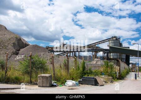 Fly Möbel gekippt und Müll vor Kies Aggregate Verarbeitungsanlage von Thames Path East London betrachtet - Stockfoto