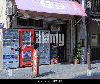 Traditionelle japanische Zigarette Shop und Automaten in Osaka Japan. - Stockfoto