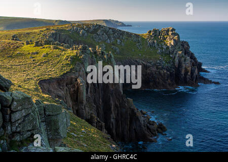 Am frühen Morgen über die felsige Küste in der Nähe von Lands End, Cornwall, England - Stockfoto