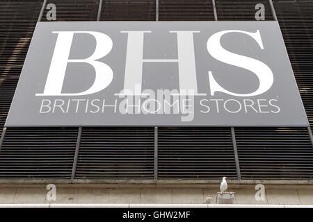 Liverpool. 11. August 2016.  Durch die Verkäufe Gänge mit großen Rabatten im Angebot in der BHS-Filiale in Liverpool - Stockfoto