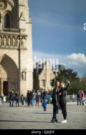 Touristen, die Einnahme von Selfies vor Cathedrale Notre-Dame, Île De La Cité, Paris, Frankreich - Stockfoto