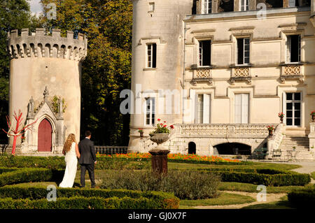 French Chateau in der Charente mit einem frisch vermählte Brautpaar - Stockfoto