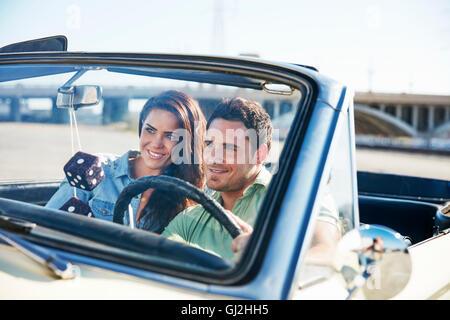 Paar im Cabrio, Los Angeles, Kalifornien, USA - Stockfoto