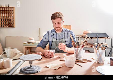 Mann in der Werkstatt Malerei Keramik - Stockfoto
