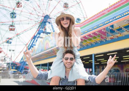 Frau auf Freunde Schultern, Coney Island, Brooklyn, New York, USA - Stockfoto