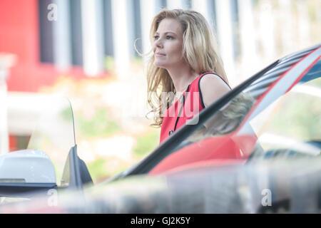 Geschäftsfrau warten neben Auto in Stadt - Stockfoto