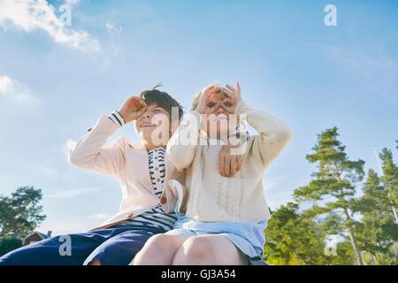 Brüder mit den Händen auf Augen wegschauen - Stockfoto