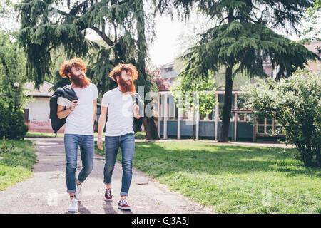 Junge männliche Hipster Zwillinge mit roten Bärten, einen Spaziergang im park - Stockfoto
